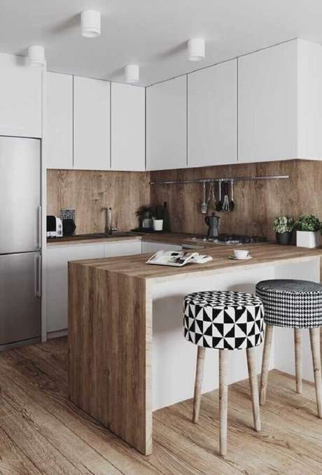 12. Cozinha com balcão de madeira decorada com banquetas estofadas – Foto: Pinterest
