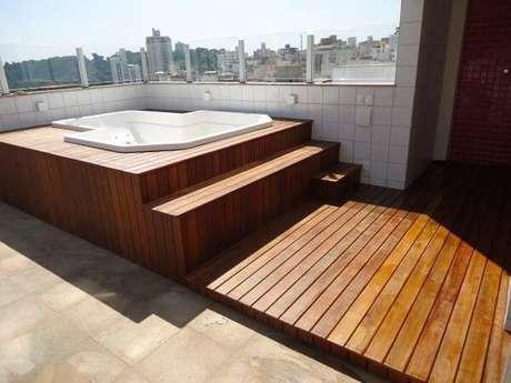 61. Piscina com deck de madeira – Foto Decks de madeira BH