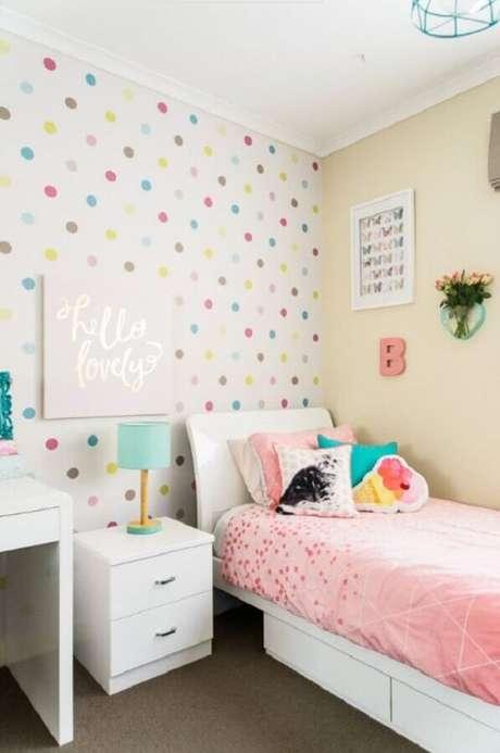34. Decoração simples com papel de parede para quarto infantil feminino com estampa de bolinhas coloridas – Foto: Pinterest
