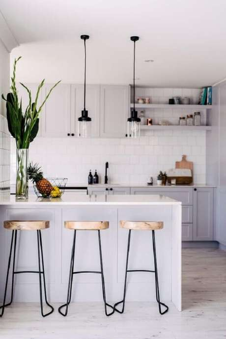 57. Decoração de cozinha com balcão toda branca – Foto: Jeito de Casa