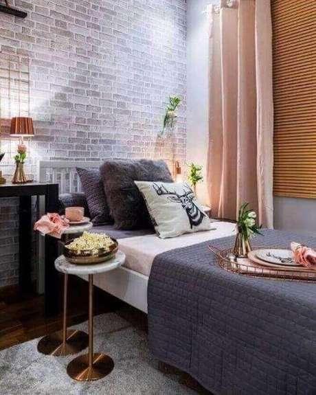11. Decoração com papel de parede para quarto feminino jovem com estampa de tijolinho à vista – Foto: Pinterest
