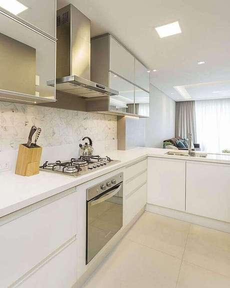 5. Decoração clean para cozinha branca com balcão em L – Foto: Juliana Agner Arquitetura
