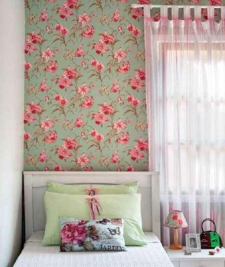 14. Decoração simples com cama branca e papel de parede para quarto feminino floral – Foto: Simples Decoração