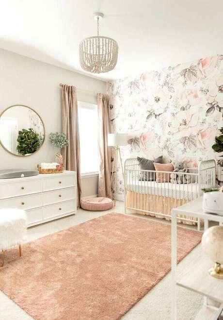 42. Papel de parede floral delicado para decoração de quarto de bebê branco – Foto: Newport Cottages