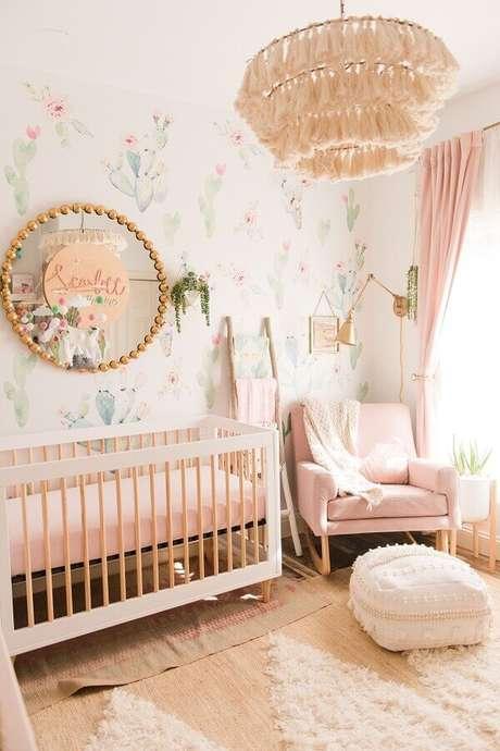 30. Lustre para decoração de quarto de bebê feminino com papel de parede delicado – Foto: Pinterest