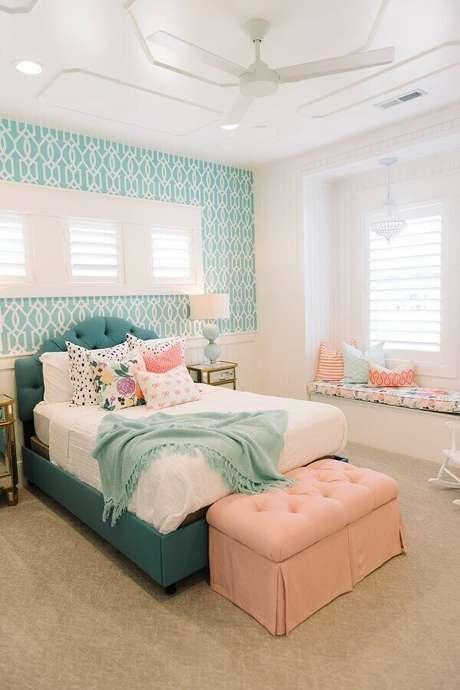 19. Decoração com papel de parede para quarto feminino branco e verde – Foto: Houzz