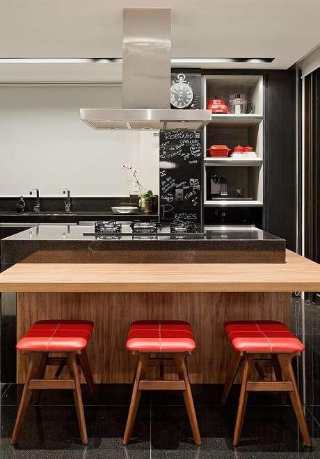 6. Banqueta baixa para decoração de cozinha com balcão gourmet no meio planejado com cooktop – Foto: Casa de Valentina