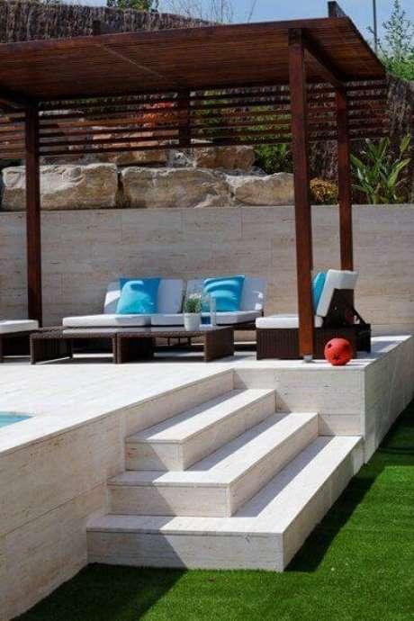 31. Piscina elevada no jardim com pergolado de madeira – Foto Ideas Construcción Piscinas