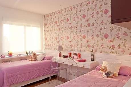 52. Papel de parede para quarto feminino floral branco e rosa decorado com duas camas – Foto: Patrícia Kolanian