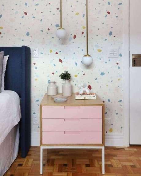 49. Papel de parede para quarto feminino decorado com criado mudo cor de rosa – Foto: Casa de Valentina
