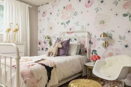45. Papel de parede floral para decoração de quarto infantil feminino com cadeira de balanço – Foto: TopDizz