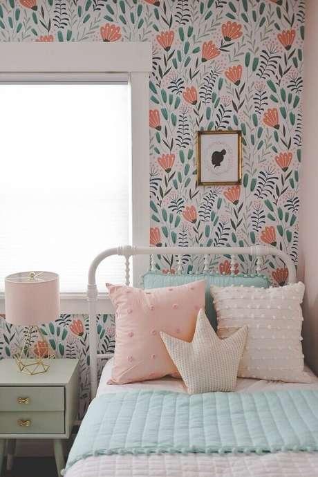 16. Decoração com cama de ferro branca e papel de parede para quarto feminino floral – Foto: Etsy