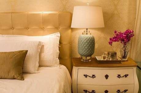 50. Decoração sofisticada papel de parede para quarto feminino com detalhes dourados – Foto: Pinterest