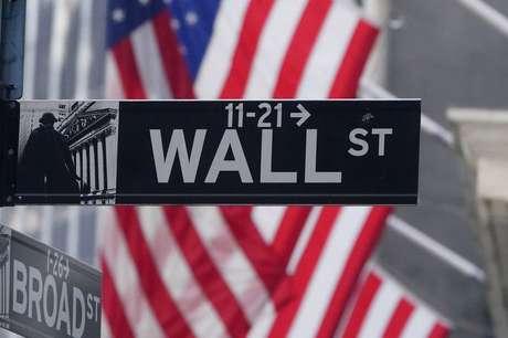 Wall St abre estável com balanços e dados de auxílio-desemprego. REUTERS/Carlo Allegri