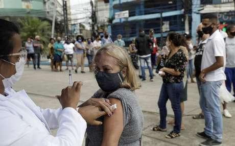 Mulher é vacinada contra Covid-19 em Duque de Caxias, RJ 21/04/2021 REUTERS/Ricardo Moraes