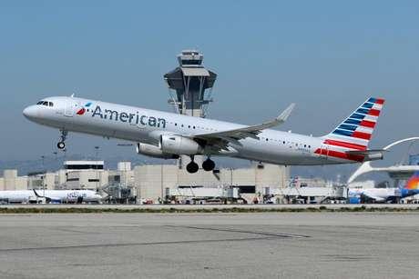 Aeronave da American Airlines decola do aeroporto internacional de Los Angeles, EUA  28/03/2018 REUTERS/Mike Blake