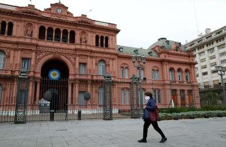 Mulher caminha em frente ao palácio presidencial Casa Rosada, em Buenos Aires, Argentina, 21 de maio de 2020. REUTERS/Agustin Marcarian