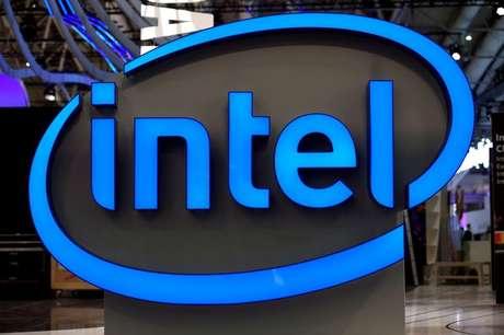 Logo da Intel durante evento em Hannover, Alemanha  19/03/2017 REUTERS/Fabian Bimmer