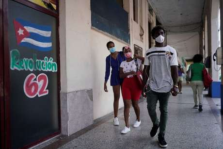 Cubanos caminham em Havana durante pandemia  16/4/2021   REUTERS/Alexandre Meneghini