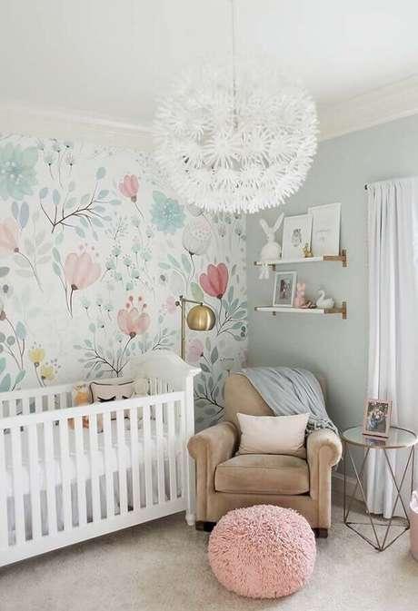 9. Modelo de papel de parede para quarto de bebê feminino com estampa de flores delicada – Foto: Home Fashion Trend