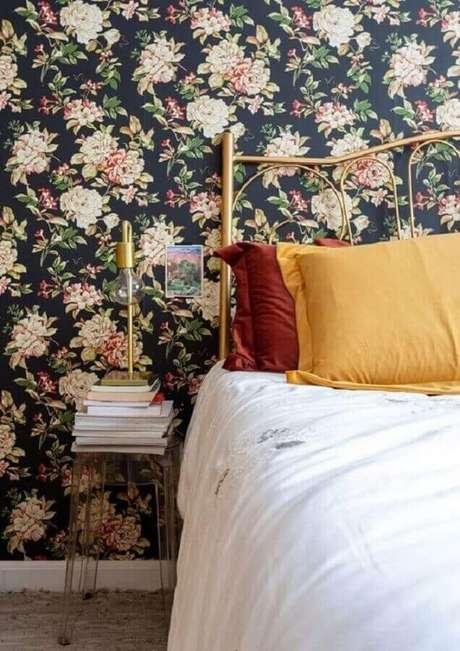 43. Modelo de papel de parede para quarto feminino floral com fundo escuro – Foto: Leila Veigas