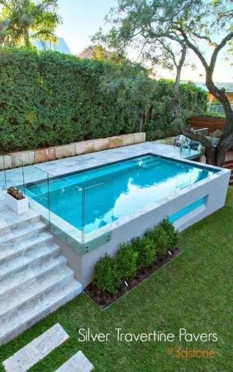 47. Casa pequena com piscina elevada – Foto Silver Travertine Powers