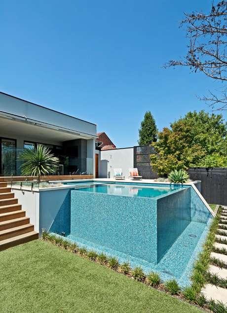 26. Piscina elevada de vidro na casa moderna – Foto Pinterest