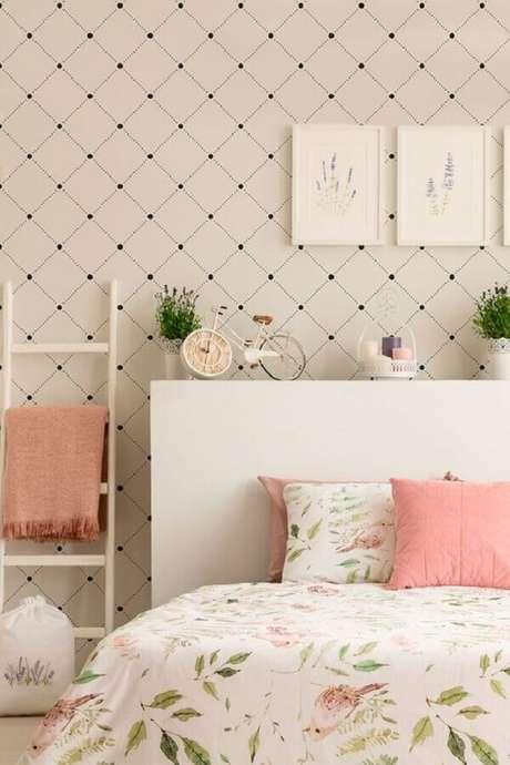 28. Decoração delicada com papel de parede para quarto feminino branco com detalhes em cor de rosa – Foto: Arkpad