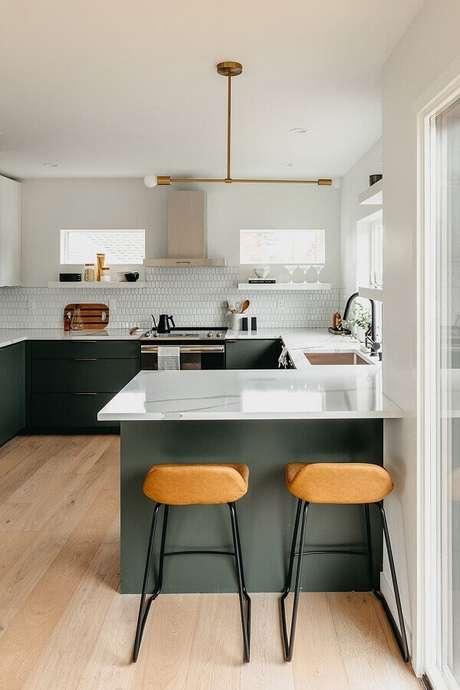 7. Decoração mnimalista com balcão de cozinha com pia – Foto: Copeland + Co. Interiors