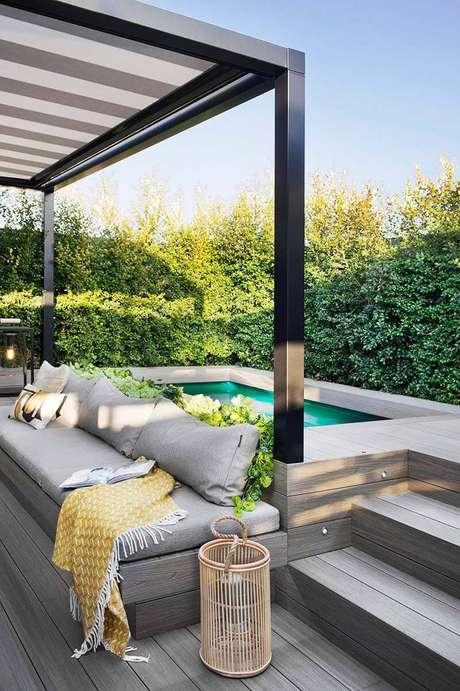 6. Piscina elevada com sofá estofada – Foto Pinterest