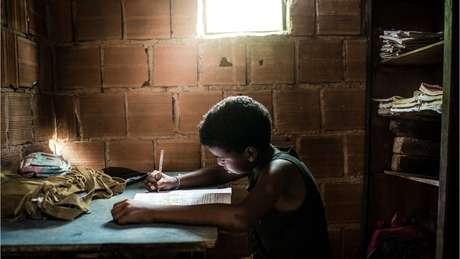 Bolsa Família, salário mínimo e maior acesso à educação levaram à redução da pobreza no Brasil até 2014