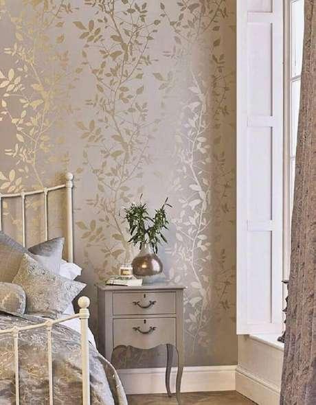 20. Decoração com papel de parede para quarto feminino com acabamento metalizado – Foto: Casa de Valentina