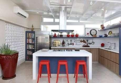 1. Banquetas vermelhas para decoração de cozinha com balcão no meio – Foto: GF Projetos