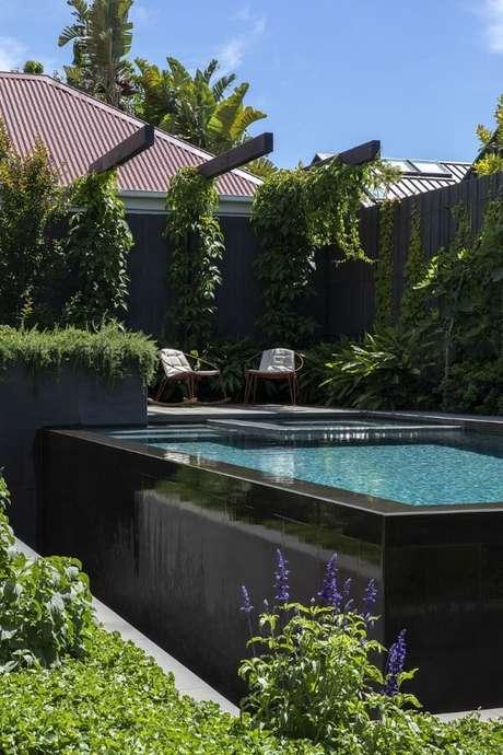 41. Piscina elevada preta com decoração de jardim – Foto Neil Architecture – Project Archive – Design & Interiors