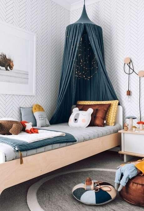 55. Papel de parede para quarto feminino infantil decorado com cama de madeira e dossel – Foto: Mommo Design