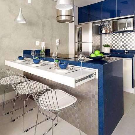 14. Decoração de cozinha pequena com balcão azul planejado – Foto: Pinterest