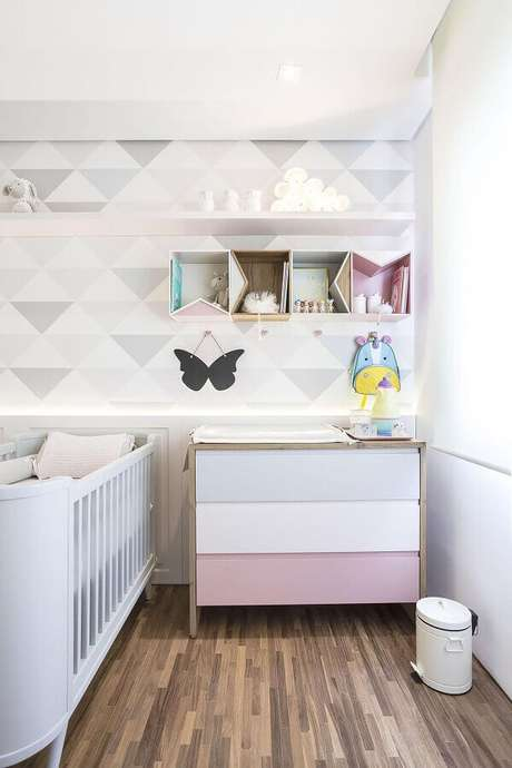 47. Modelo de papel de parede para quarto de bebê feminino com estampa geométrica em cores suaves – Foto: Figueiredo Fischer