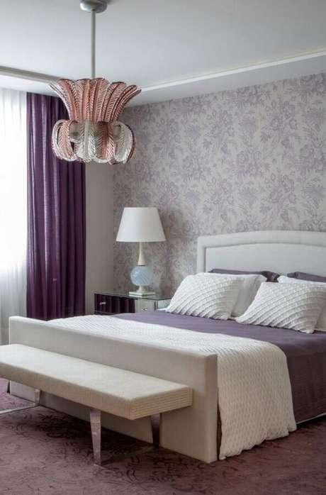 24. Decoração com papel de parede para quarto feminino roxo e branco – Foto: We Heart It