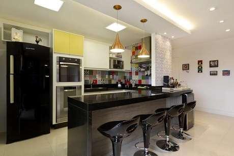 3. Cozinha americana com balcão preto decorada com revestimento colorido – Foto: Juliana Conforto Interiores