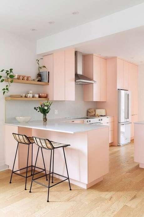 29. Decoração clean para cozinha com balcão em L e armários cor de rosa claro – Foto: Apartment Therapy