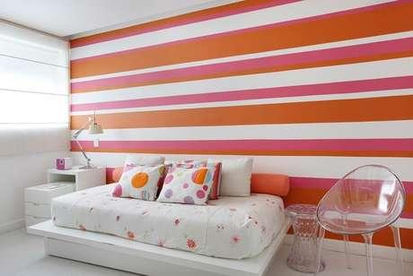 35. Decoração simples para quarto feminino com papel de parede listrado na horizontal – Foto: Casa de Valentina