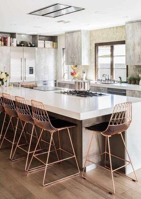 17. Decoração de balcão de cozinha com banquetas cromadas – Foto: Home Fashion Trend