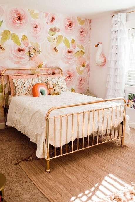 2. Decoração com cama de ferro rose gold e papel de parede para quarto feminino floral – Foto: Project Nursery