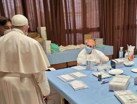 Papa durante visita ao centro de vacinação no Vaticano