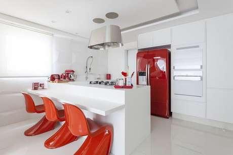 19. Decoração clean para balcão de cozinha com banquetas vermelhas – Foto: Pinterest