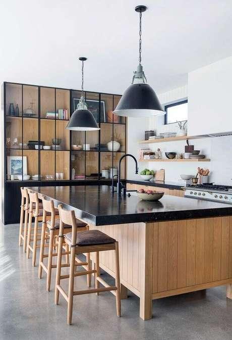 40. Banquetas para decoração de cozinha grande com balcão no meio – Foto: Pinterest