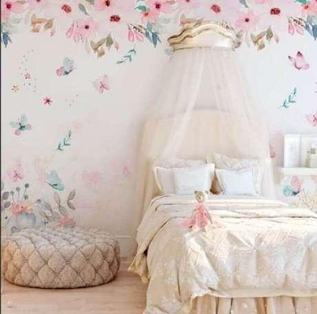 29. Decoração delicada com papel de parede para quarto infantil feminino – Foto: Pinterest