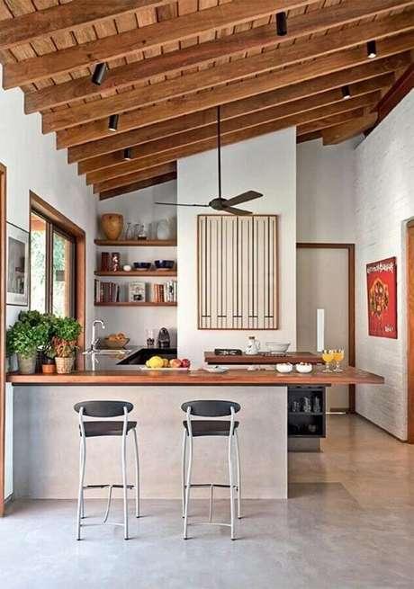 53. Decoração simples para cozinha com balcão de madeira – Foto: NODO Arquitetura