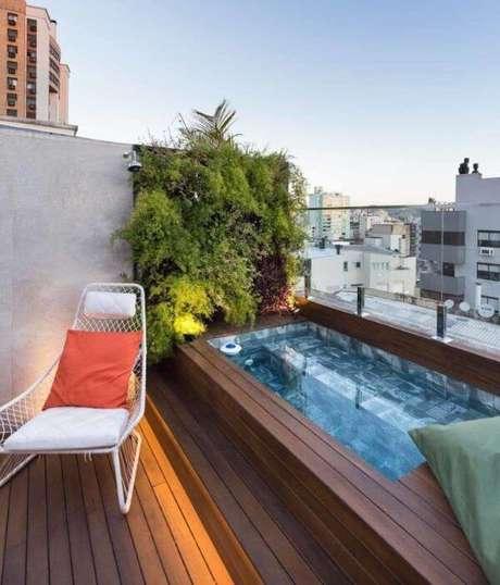 11. Piscina elevada com jardim vertical e poltrona de balanço – Foto Pinterest