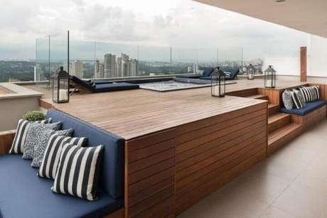 28. Piscina elevada com sofá azul marinho – Foto Pinterest